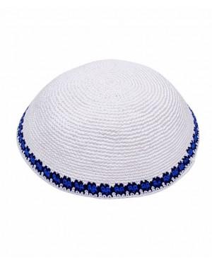 כיפה סרוגה צבע לבן עם פס כחול בזאר שטראוס אונליין